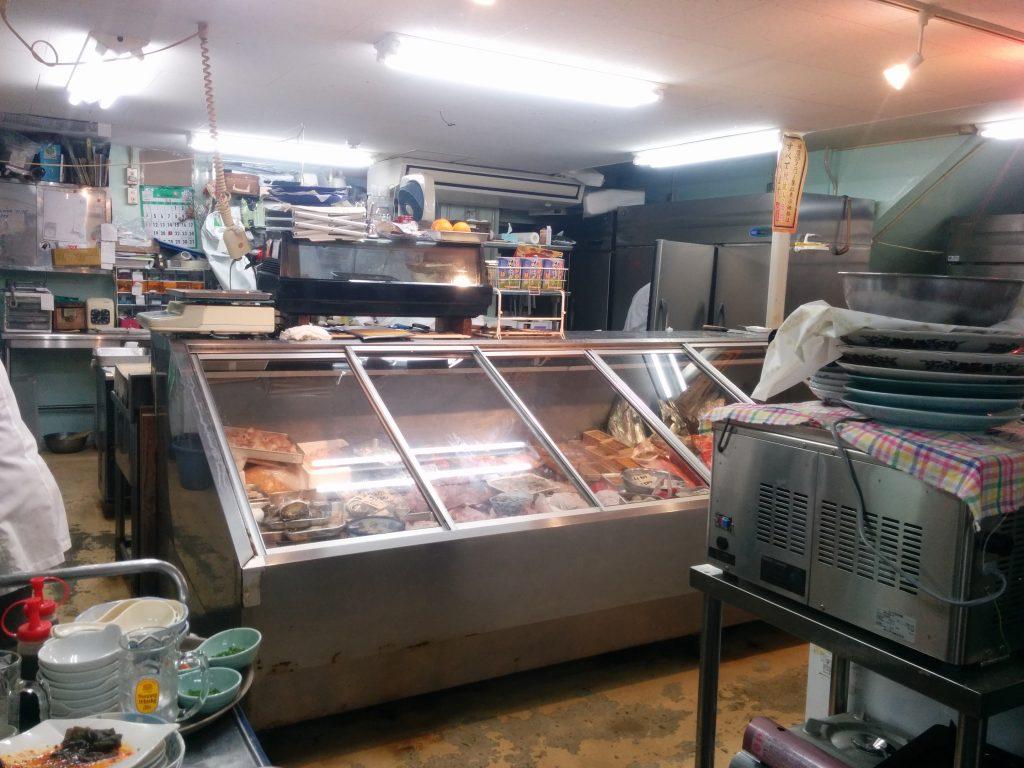 おかもと鮮魚店の店内。魚屋さんを彷彿とさせるディスプレイが印象的です。
