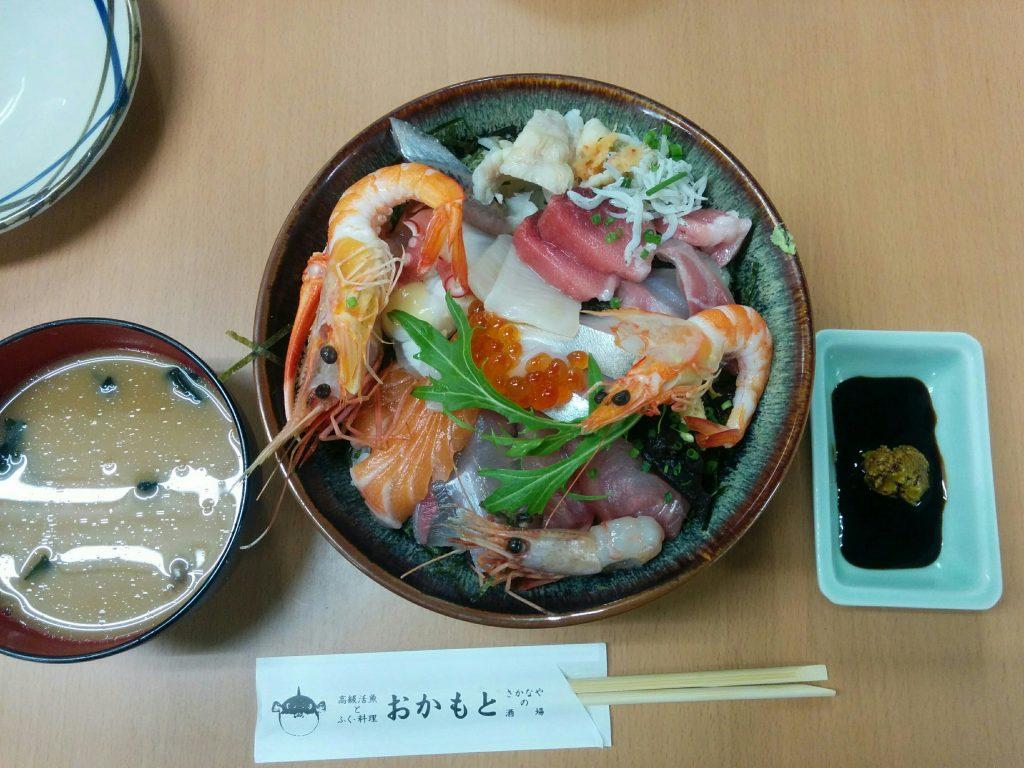 おかもと鮮魚店の人気メニュー・海鮮丼。このボリュームでお値段千円は破格です。