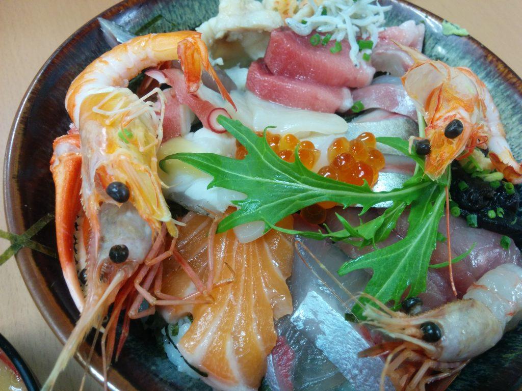 地元で人気の行列ができるおかもと鮮魚店の海鮮丼。納得のクオリティでした。
