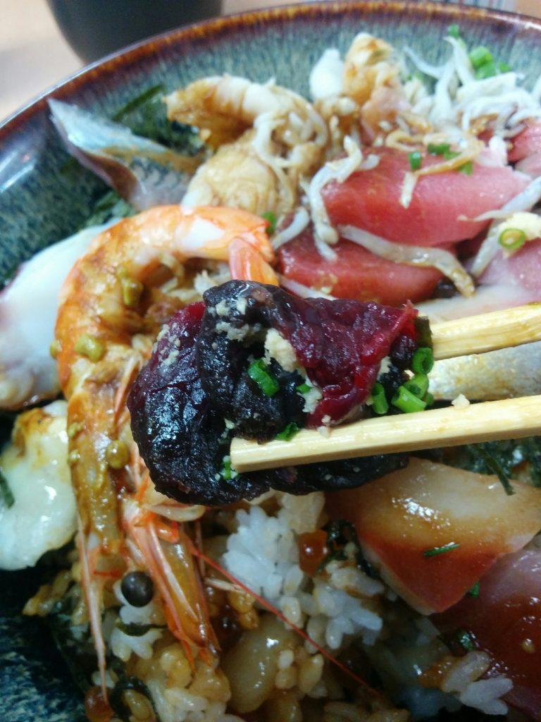 下関の文化メシ・クジラ肉。おかもと鮮魚店の海鮮丼にしっかり入っていました。