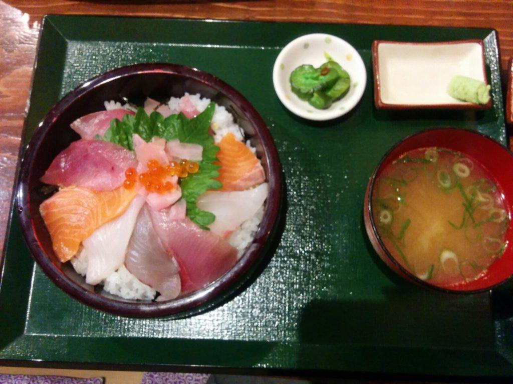 境港のお食事処海心の特上海鮮丼。このボリュームで味噌汁もついて1,200円です。