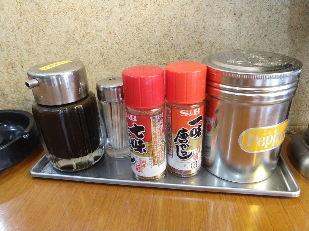 山冨士は机上の調味料もシンプルですが、昨今のラーメンブームに乗っかったようなおごりはなく、お店の人もとっても素朴で親切です。
